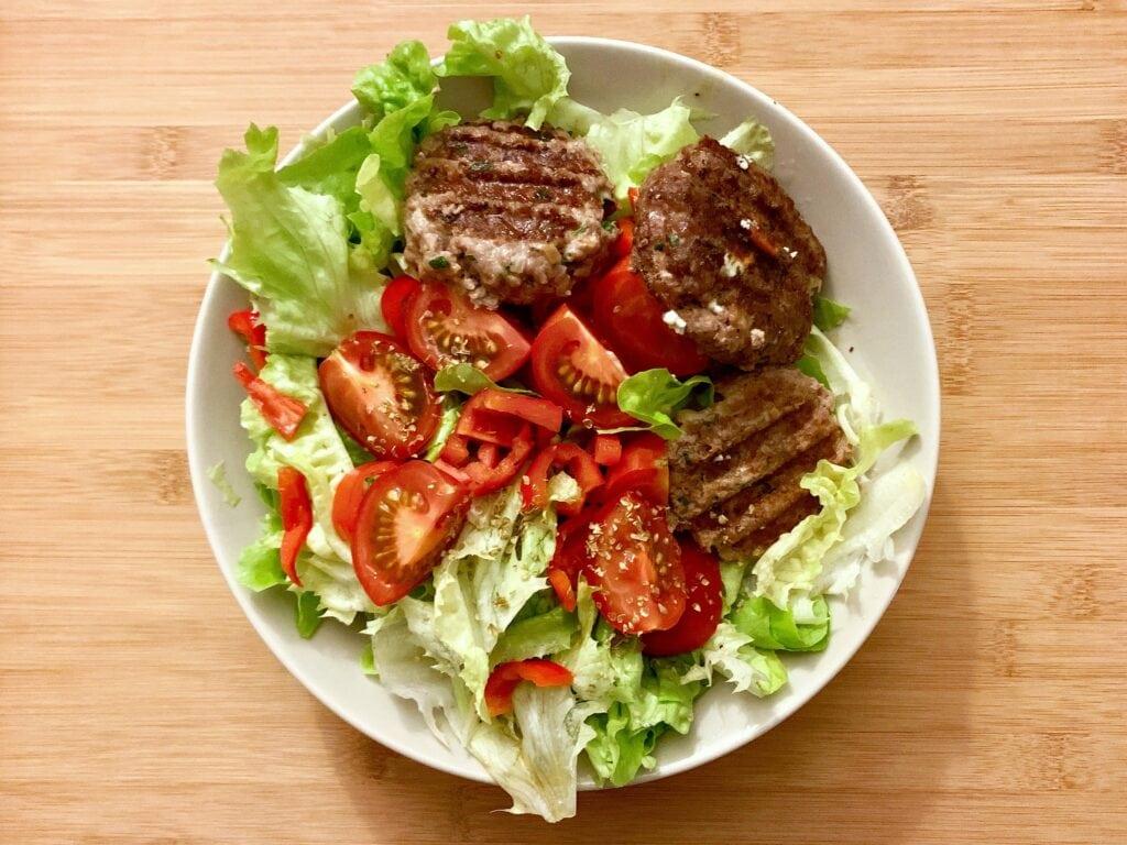Bifteki Frikadellen mit Salat