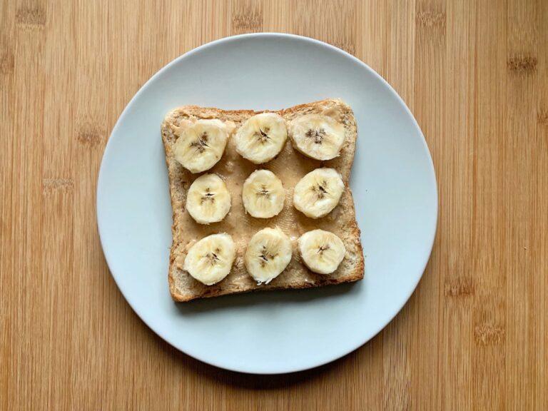 Bananen schneiden Toastbrot legen