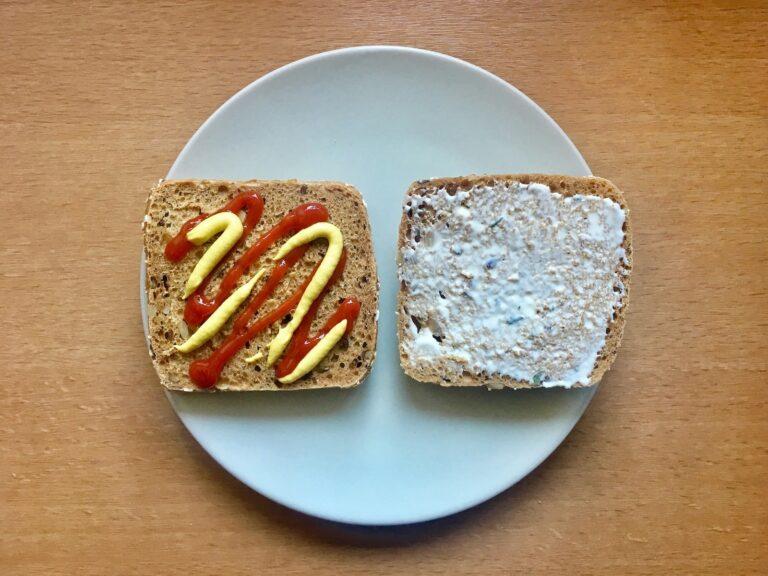 Brötchen Ketchup Senf Knoblauchsauce