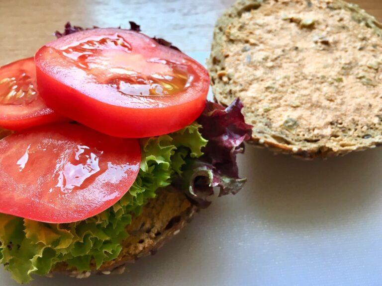 Broetchen mit Salat und Tomaten belegen