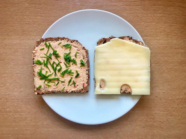 Brot mit Aufstrich Schnittlauch Kaese