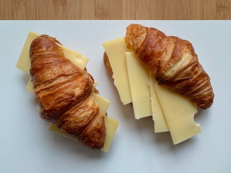 Croissants Käse belegen