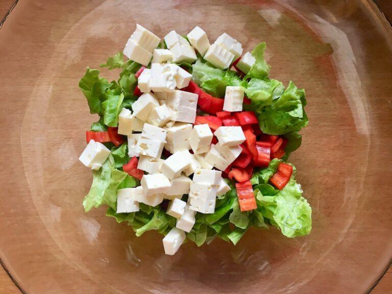 Feta Kaese zum Salat geben