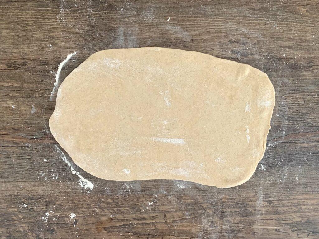 Flammkuchen Teig ausrollen 1