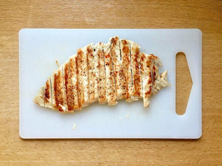 Fleisch in Putenbrust Streifen schneiden