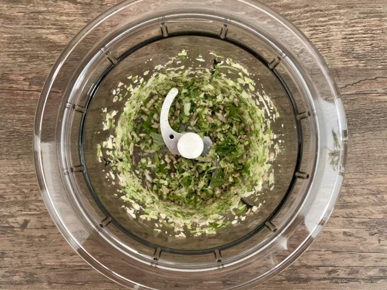 Fruehlingszwiebel Knoblauch Sonnenblumenkerne klein hacken