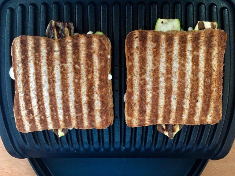 Gegrillte Sandwich Toasts mit Zucchini auf OptiGrill