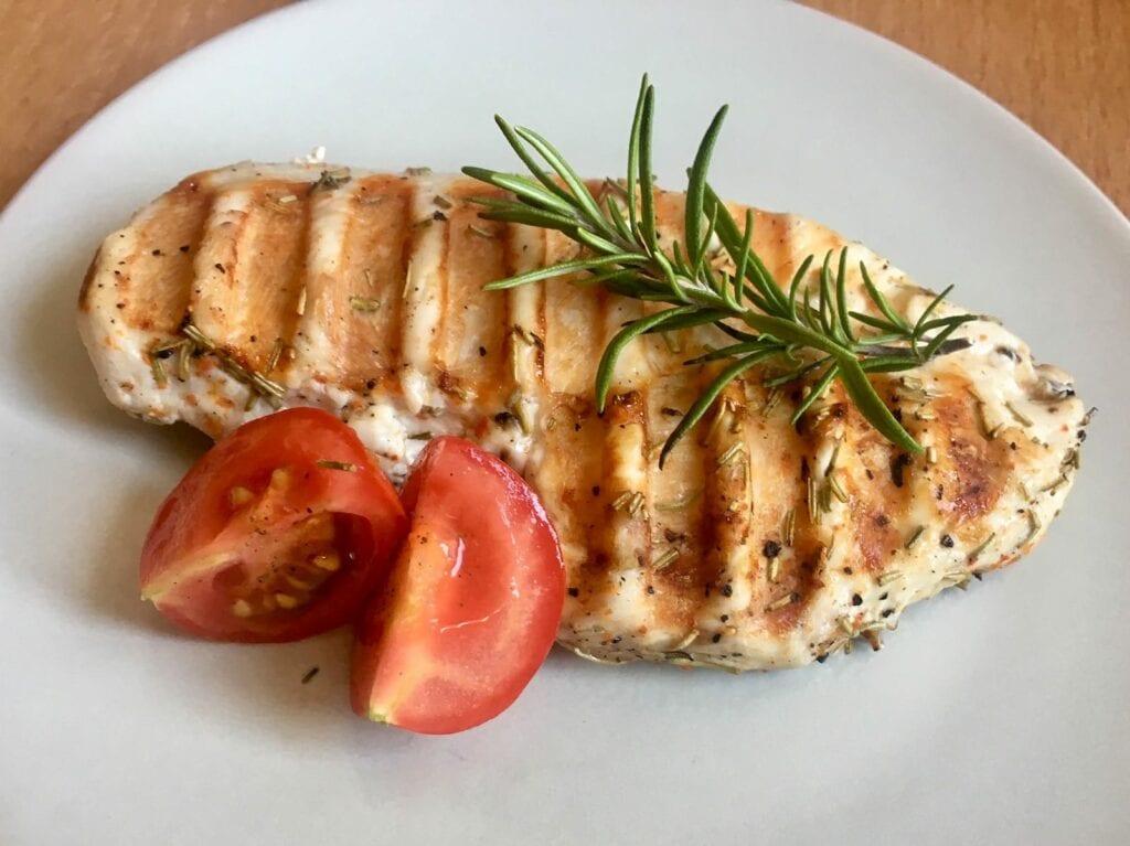 Gegrilltes Haehnchenbrustfilet mit Olivenoel Rosmarin Marinade