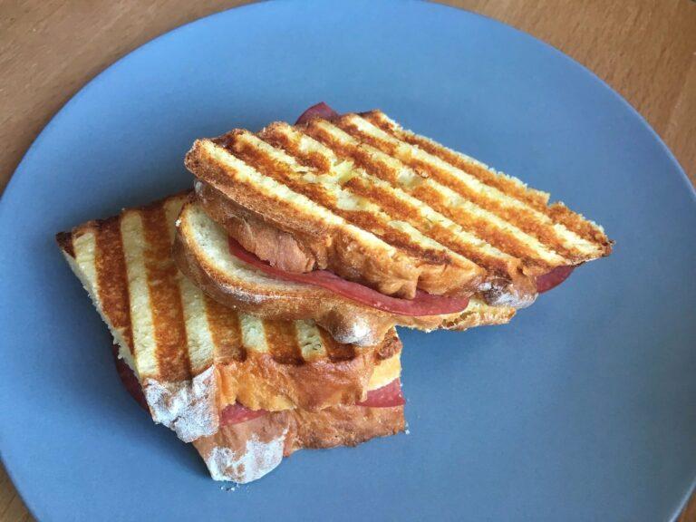 Gegrilltes Salami Sandwich