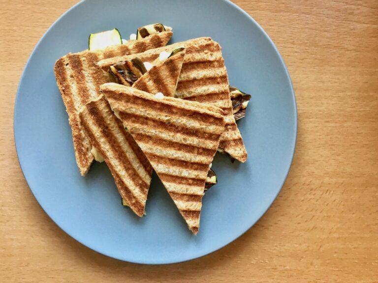Gegrilltes Sandwich mit Zucchini und Kaese