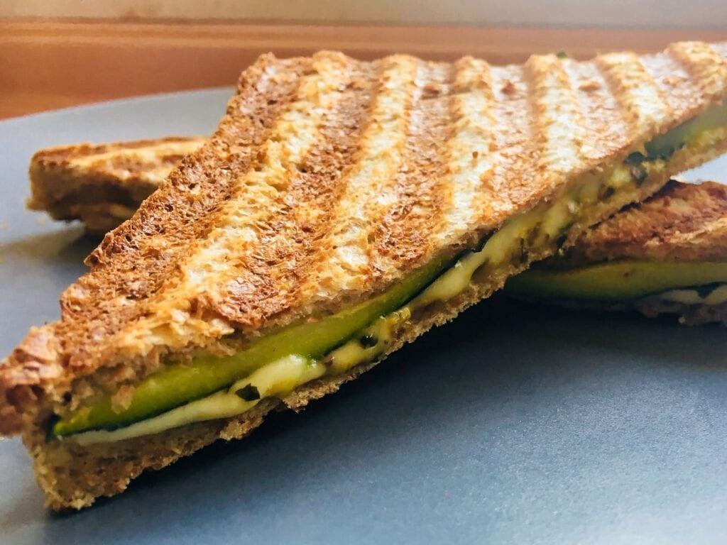 Gegrilltes Sandwich mit Zucchini und Kaese Detail