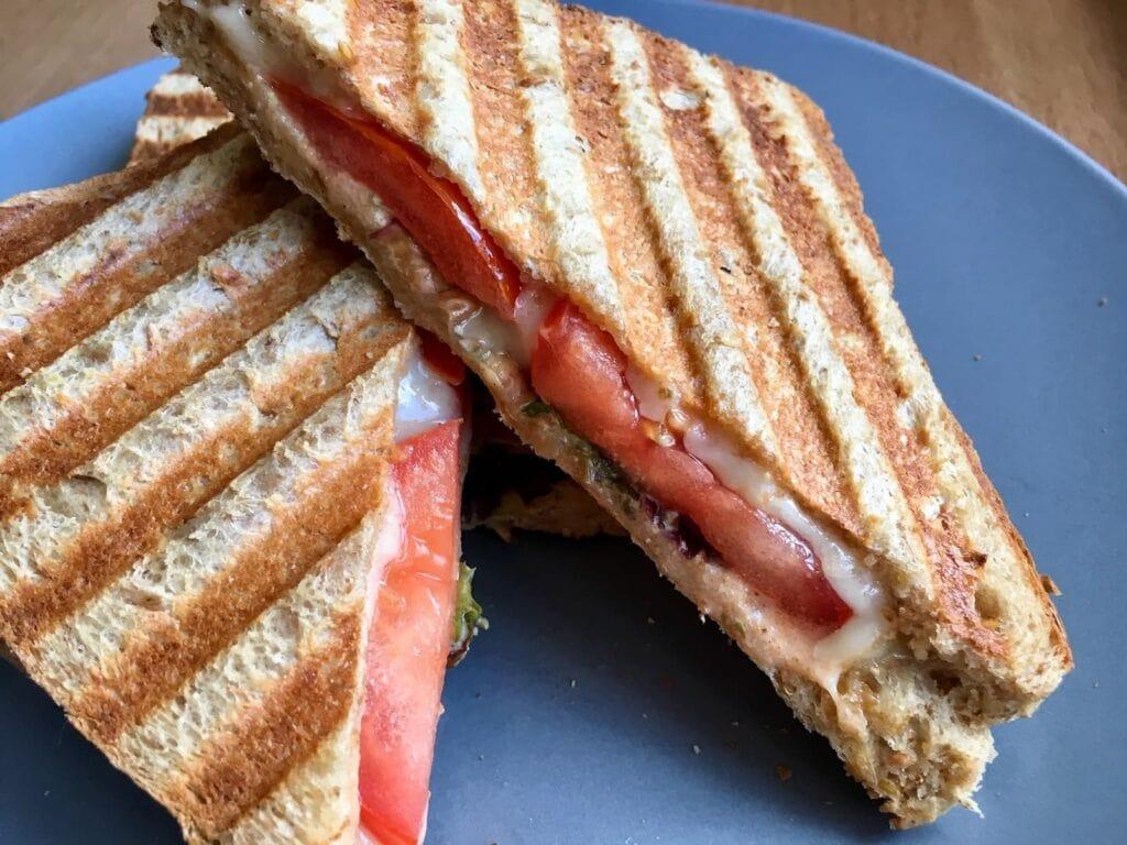 Kaese Sandwich mit Tomate
