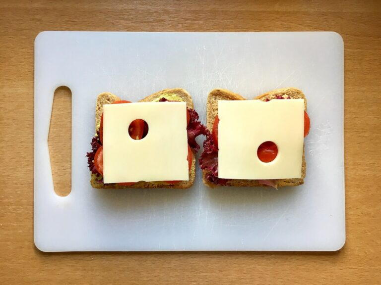 Kaese Scheiben auf Toast legen