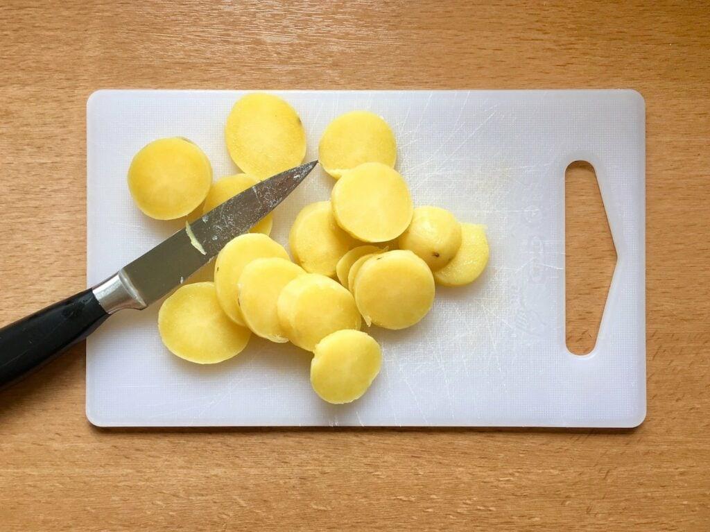Kartoffeln Scheiben schneiden