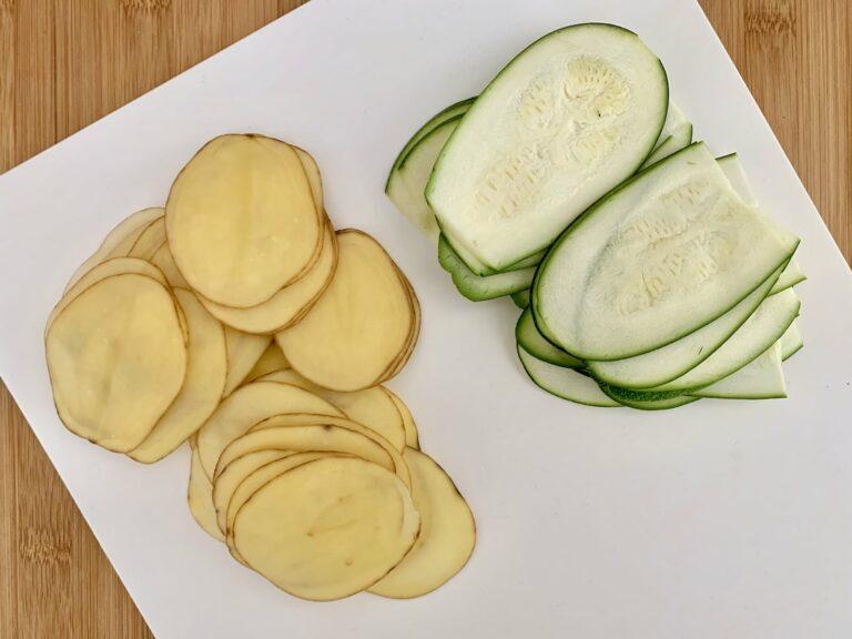 Kartoffeln Zucchini fein schneiden