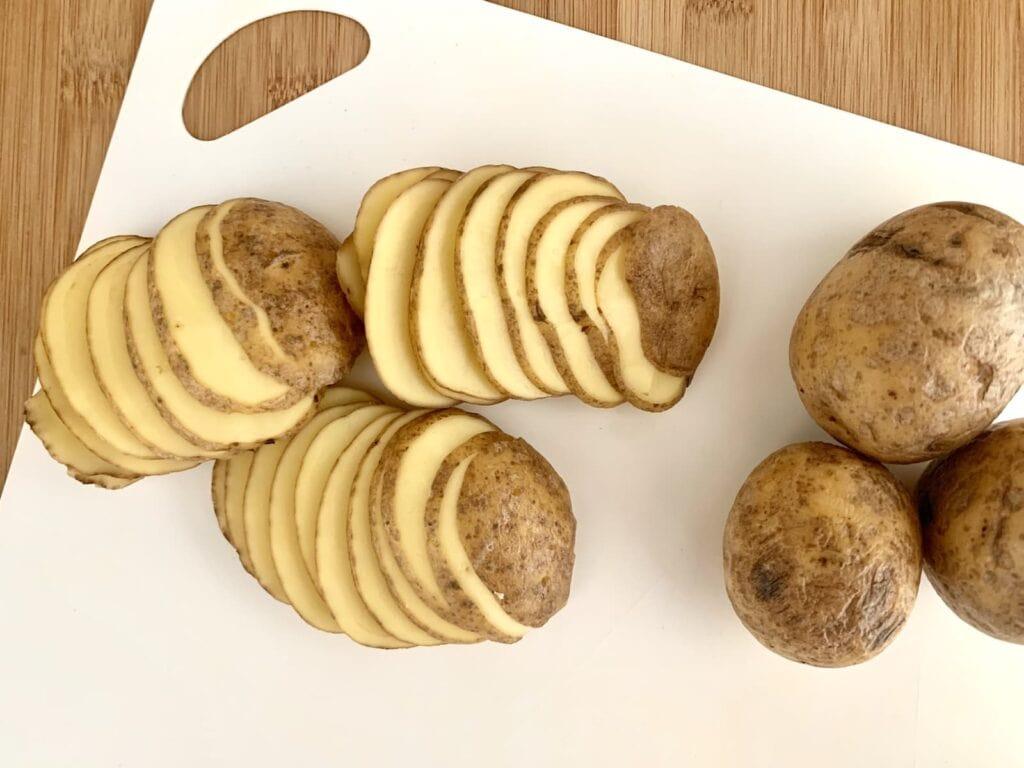 Kartoffeln duenne Scheiben schneiden