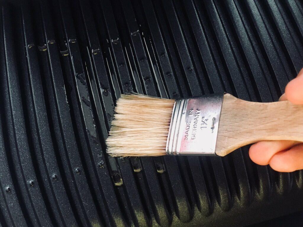 OptiGrill Grillplatten mit Oel bepinseln