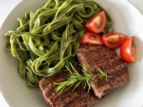 Steak mit Tagliatelle con Spinaci
