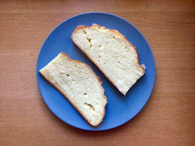 Quarkbrot mit Butter bestreichen
