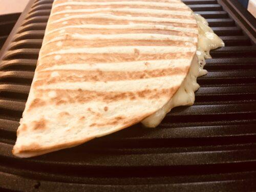 Quesadillas grillen (Tortillas mit Käse)