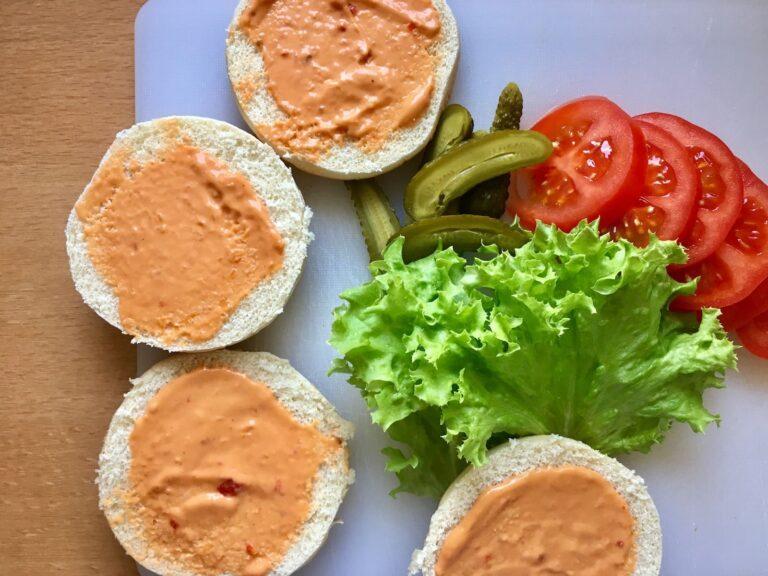 Salat Tomaten Gurken schneiden Burger Buns