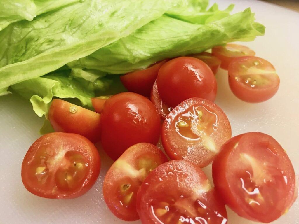 Salat Tomaten waschen und schneiden