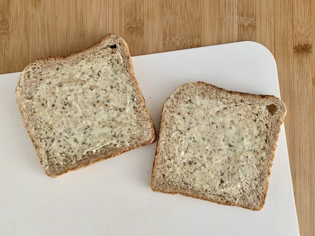 Sandwich Remoulade bestreichen