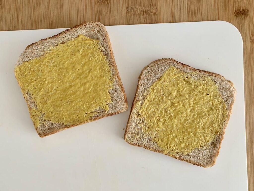 Sandwich Senf bestreichen