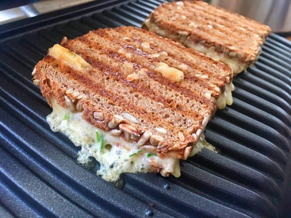 Sandwich mit Kaese und Schnittlauch im Kontaktgrill