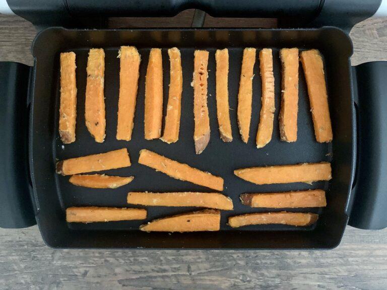 Suesskartoffel Pommes Backschale wenden