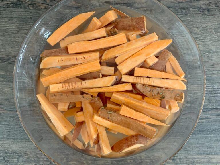 Suesskartoffel Pommes kaltes Wasser