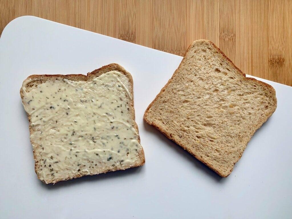 Toast Remoulade bestreichen