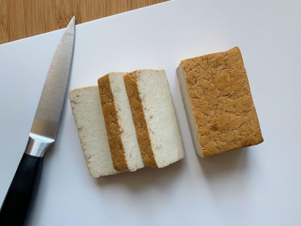 Tofu Scheiben schneiden