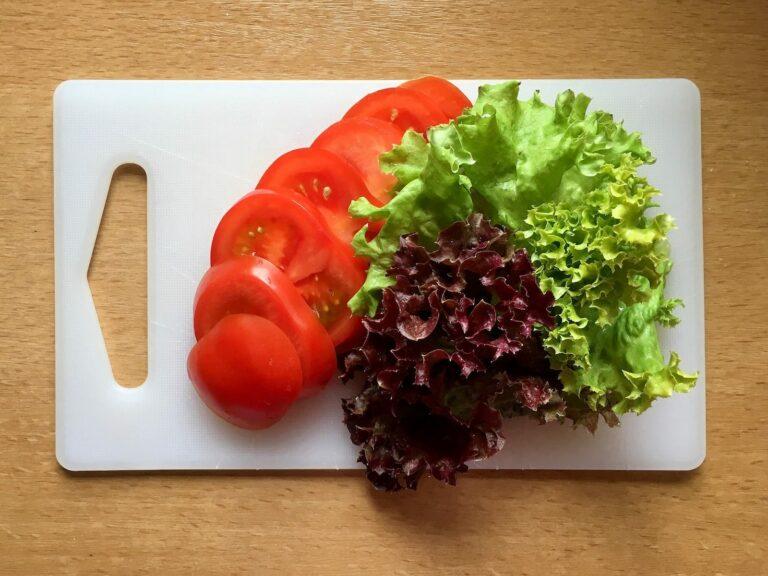 Tomaten schneiden und Salat waschen
