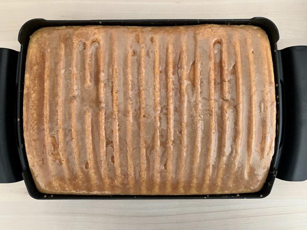 Zimtglasur Kuchen auftragen