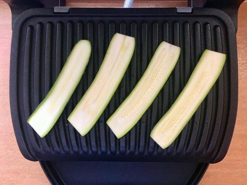 Zucchini Scheiben auf den Kontaktgrill legen
