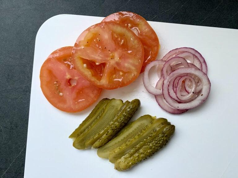 Tomate, Gurke und Zwiebel schneiden