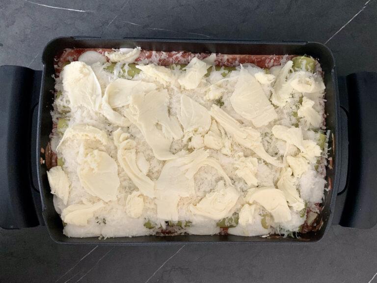 Parmesan und Mozzarella auf Cannelloni in Backschale