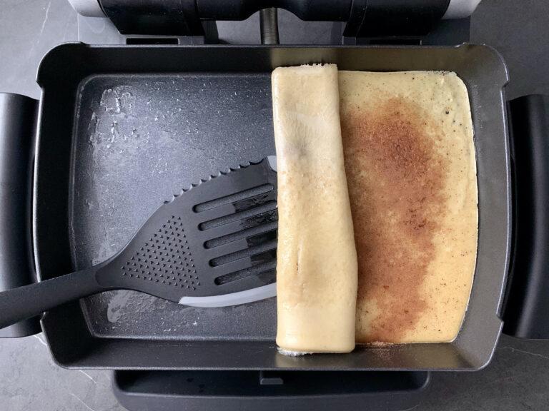 Pfannkuchen-Rolle mit Zimt und Zucker in der Backschale backen