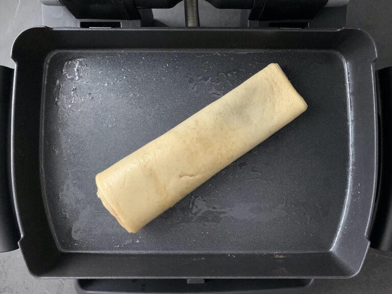 Pfannkuchen-Rolle mit Zimt und Zucker backen